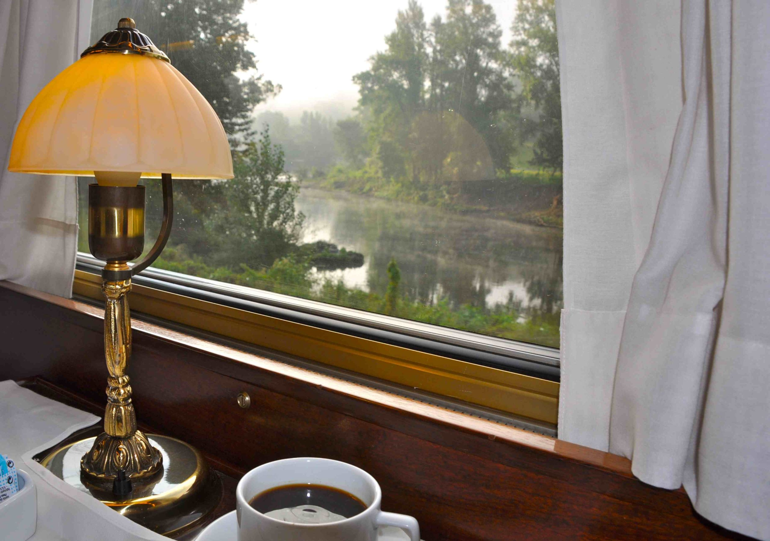 Dining car table lamp