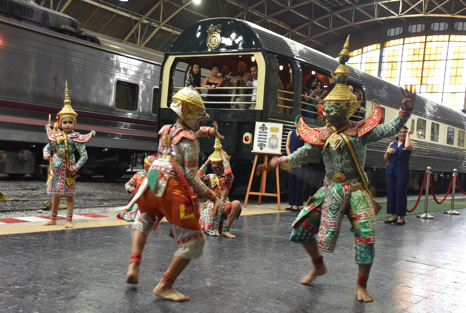 Eastern & Oriental Express welcome dancers