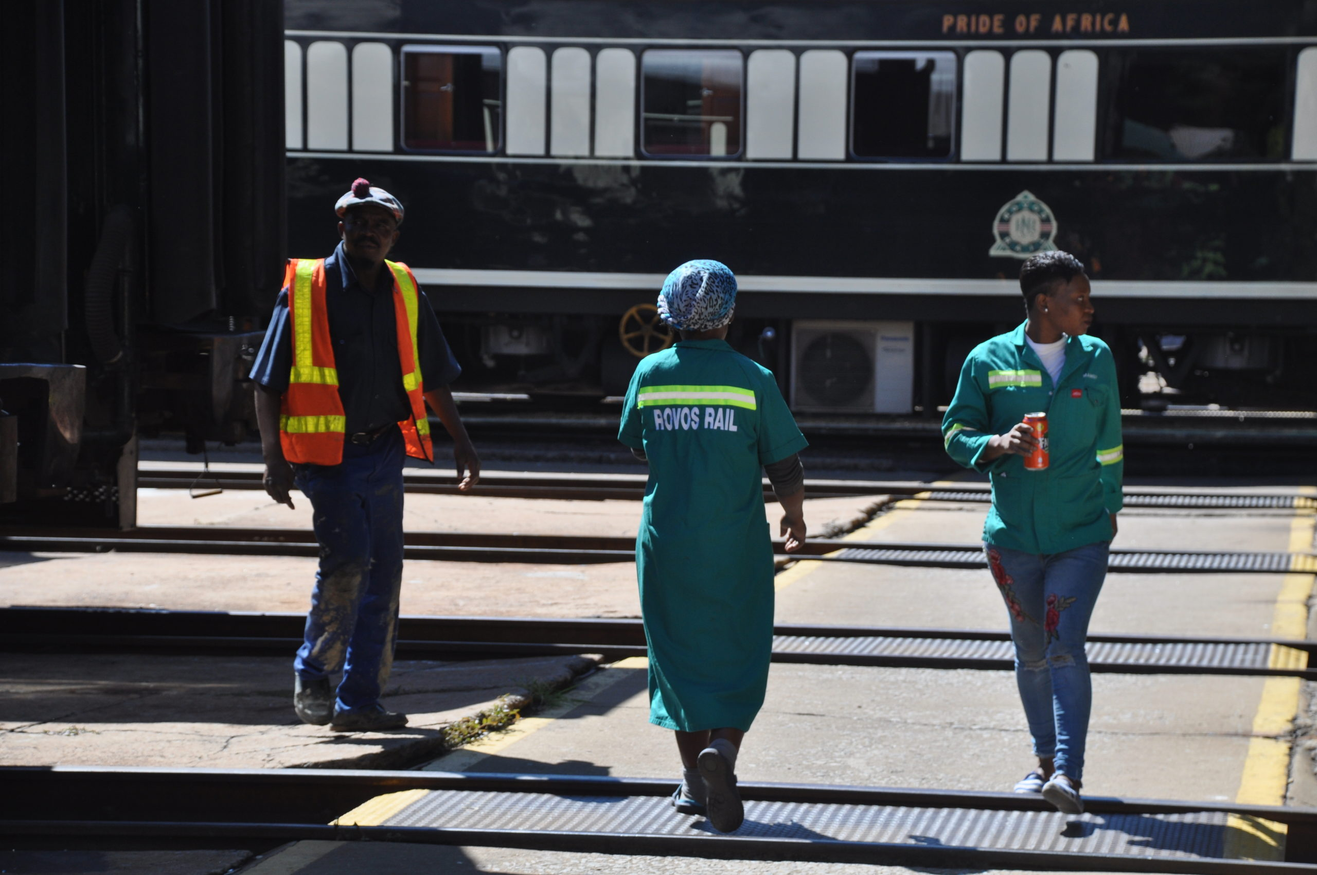 Rovos workers walk with trains - ANW.JPG
