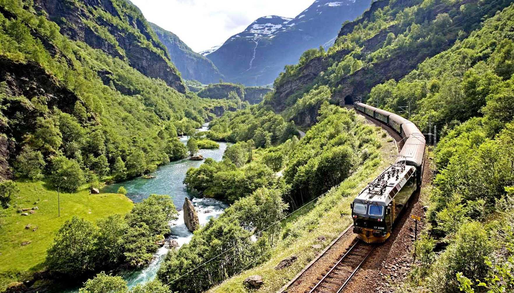Flam Railway train going through Oslo